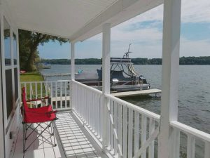 Lakeside Cottage: Deck